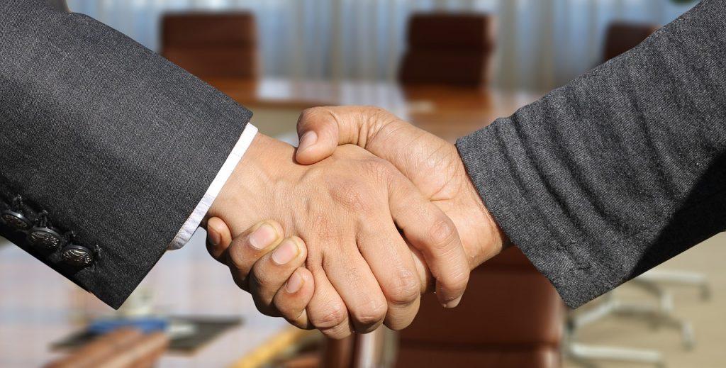 契約後の握手をする様子