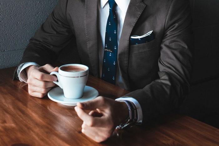 コーヒー休憩をする人