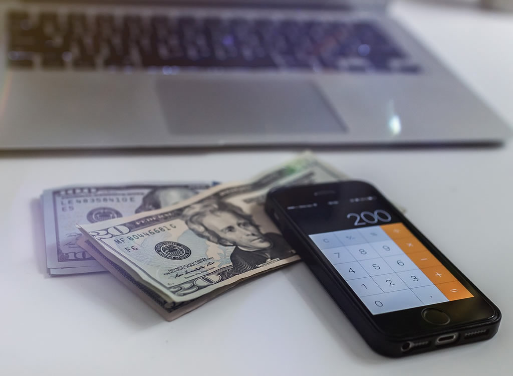米ドル札と計算機
