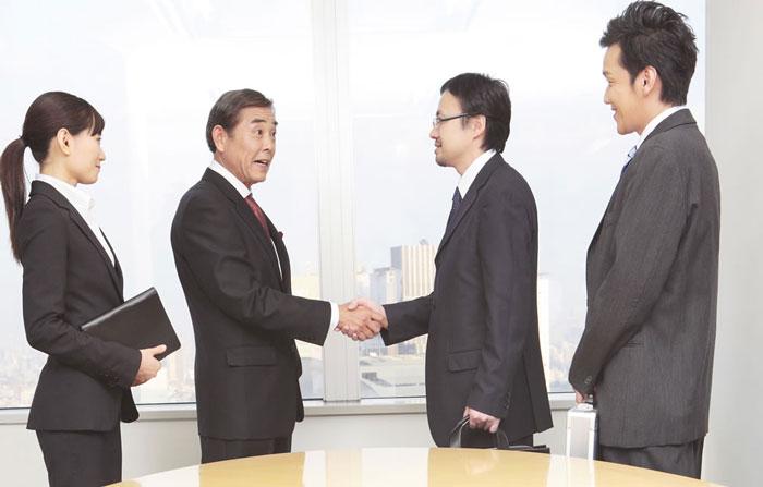 ファクタリング契約後に握手をする様子