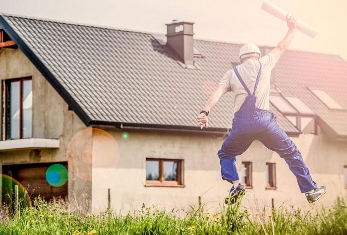 建設士がジャンプする様子