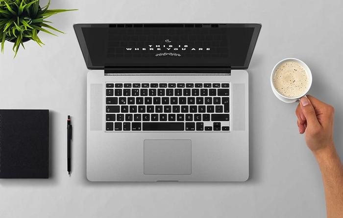 デスクの上のパソコンとコーヒー
