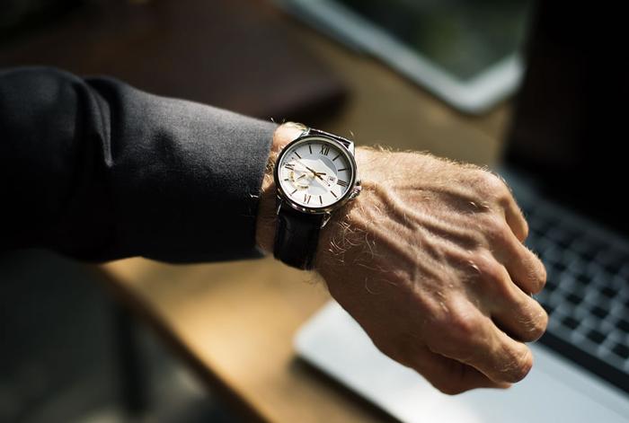 時計を見る人