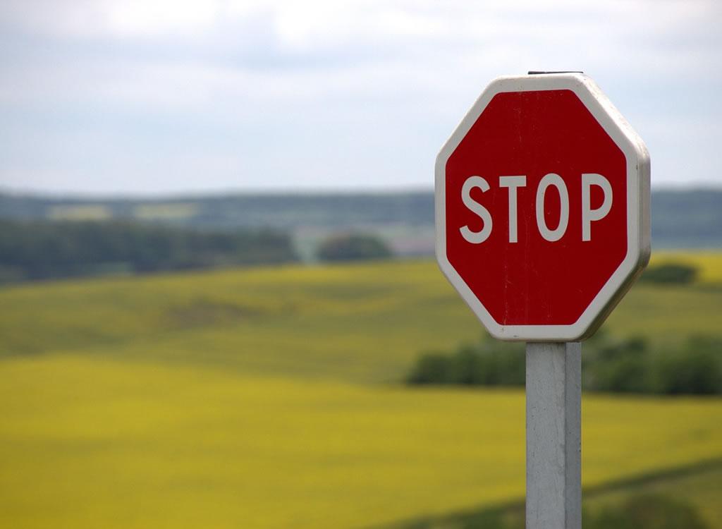 STOPと書いてある標識