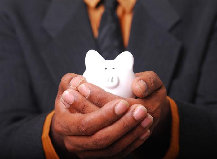 豚の貯金箱を持つ様子