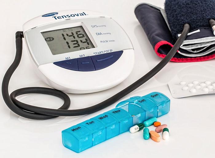 血圧計と薬箱