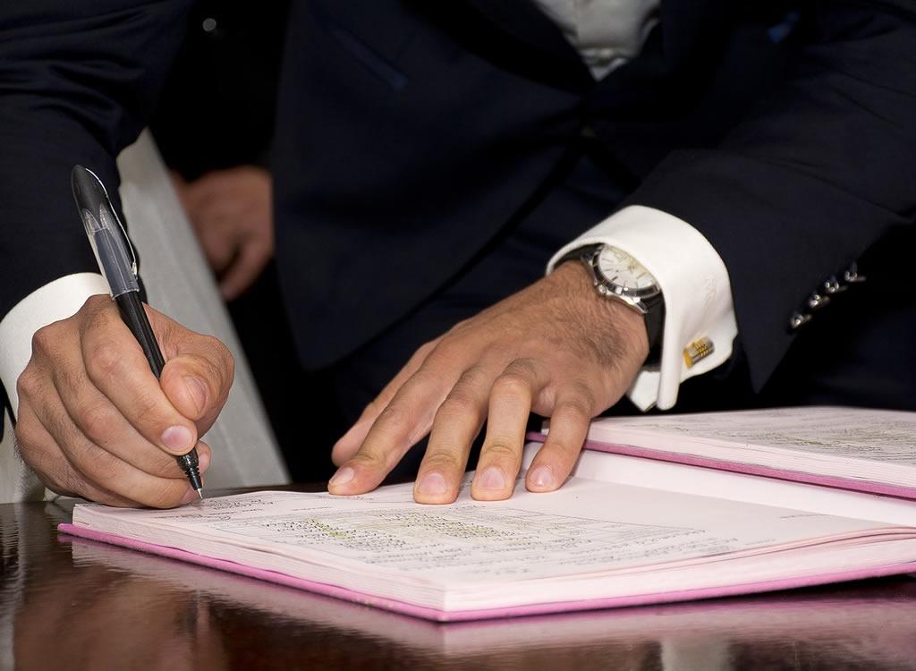 契約書にサインする様子