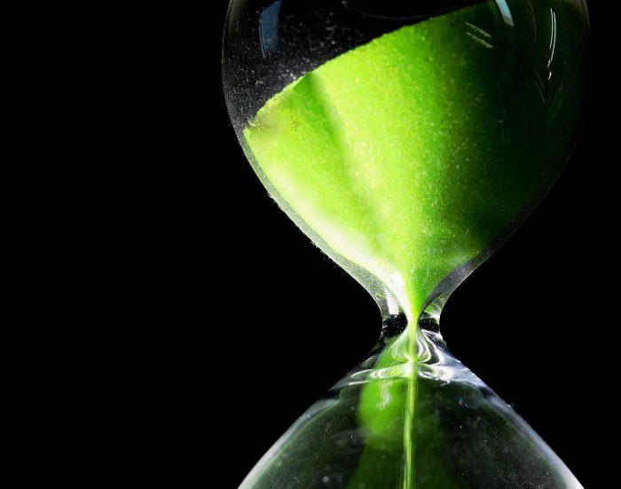 ファクタリングの利用タイミングを計る砂時計