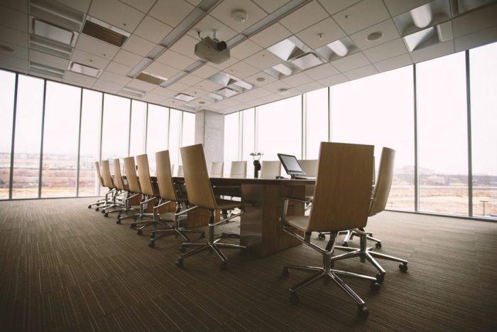 与信管理について話し合う会議室