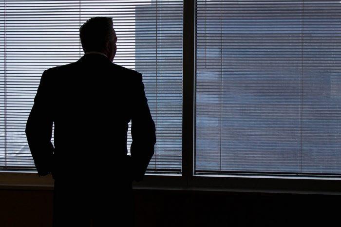 外を見つめるビジネスマン