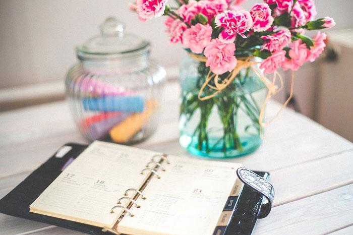 机の上の花瓶