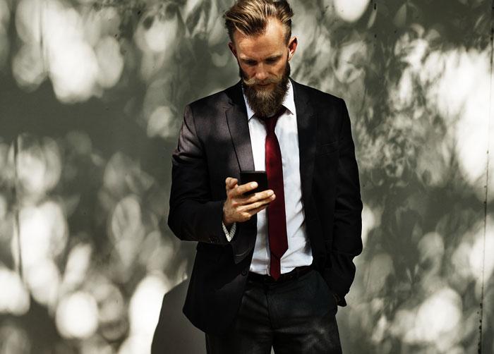 携帯を見て俯く人