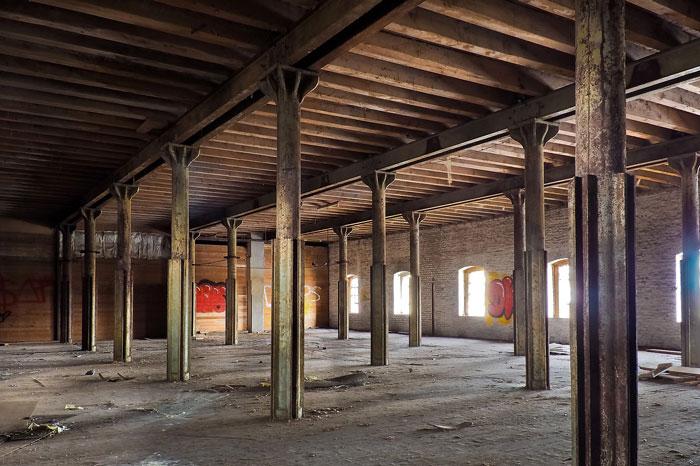 空っぽの倉庫