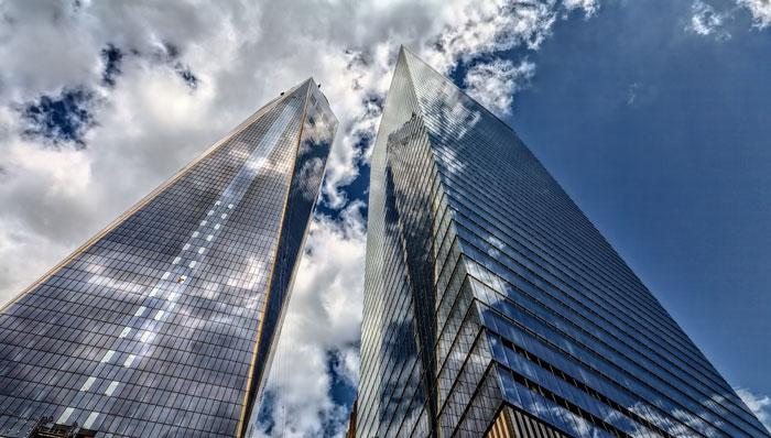 高層ビルと雲