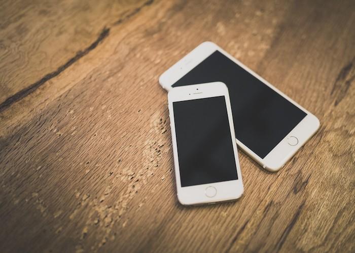 二台のスマートフォン