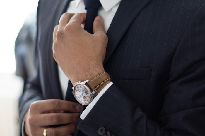 ネクタイをする弁護士