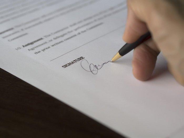 給料ファクタリングの契約書にサインをする人
