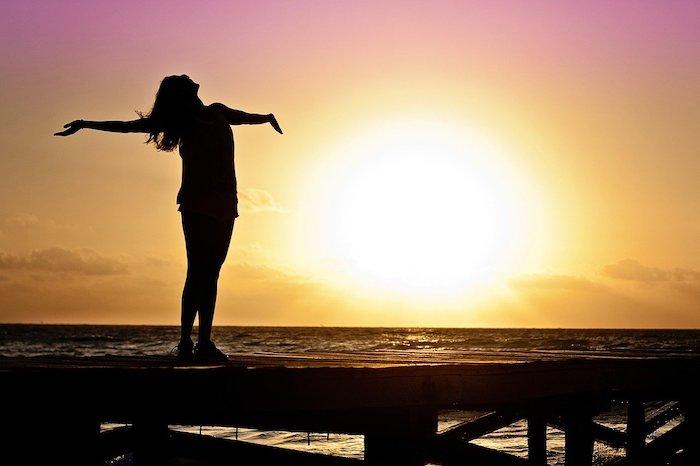日の出を見つめる女性